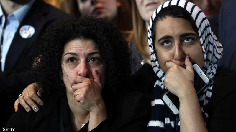 """بـ""""تمعن شديد"""" تتابع سيدتان نتائج الانتخابات في أحد المقار الانتخابية للديمقراطيين"""