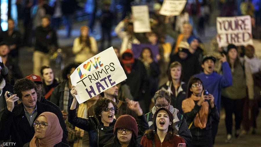 """آلاف الأميركيين يرددون عبارات """"لا لترامب"""" و""""أميركا لن تكون عنصرية"""""""
