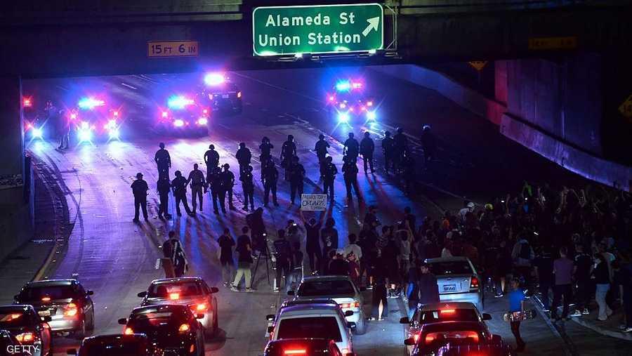 ومتظاهرون يخرجون إلى أحد الطرق الرئيسية في لوس أنجلوس والشرطة تتصدى لهم