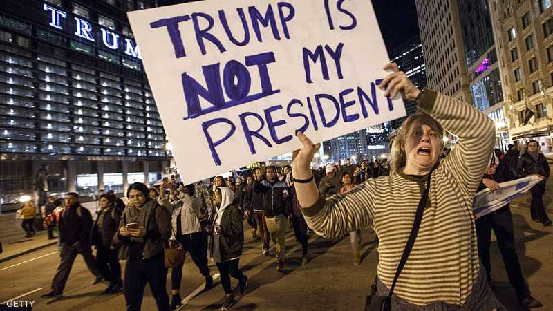 """أميركيون يرفعون لافتات في إلينوي، يقولون فيها """"ليس رئيسي"""""""
