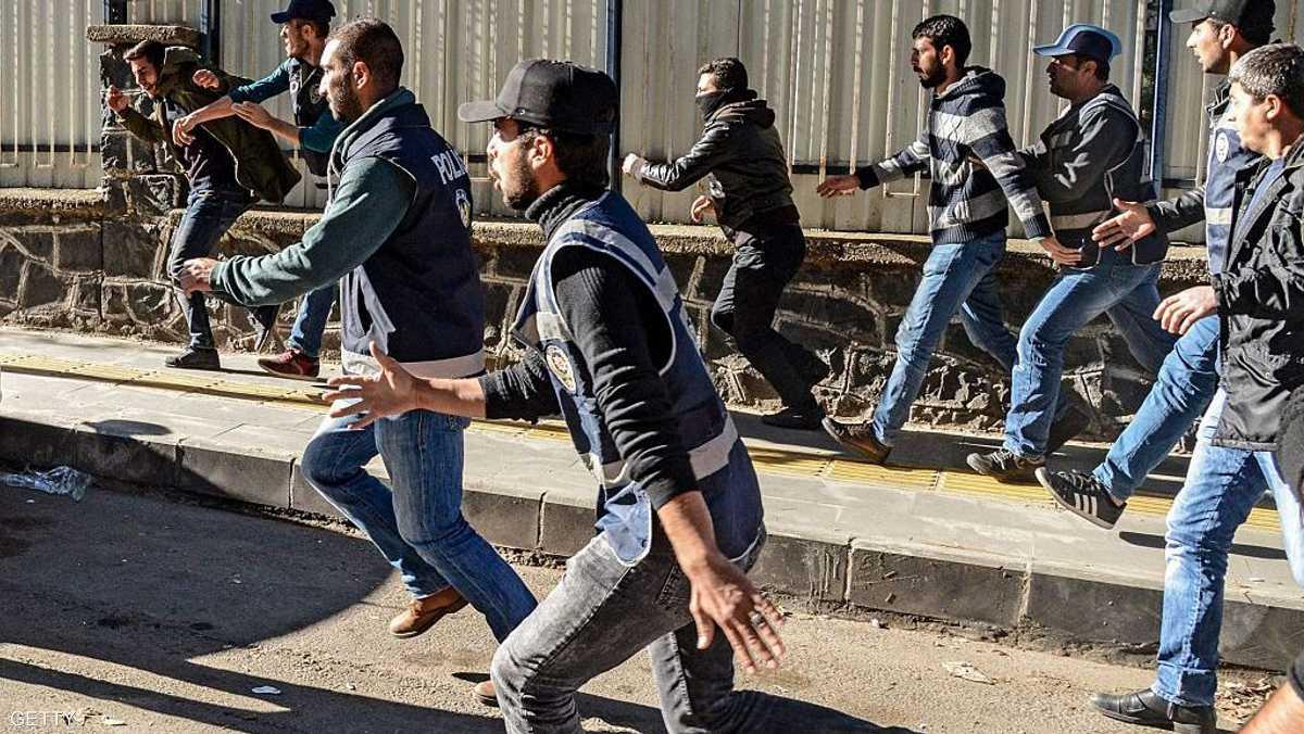 انفجار قنبلتين خلال حفل غنائي في ديار بكر