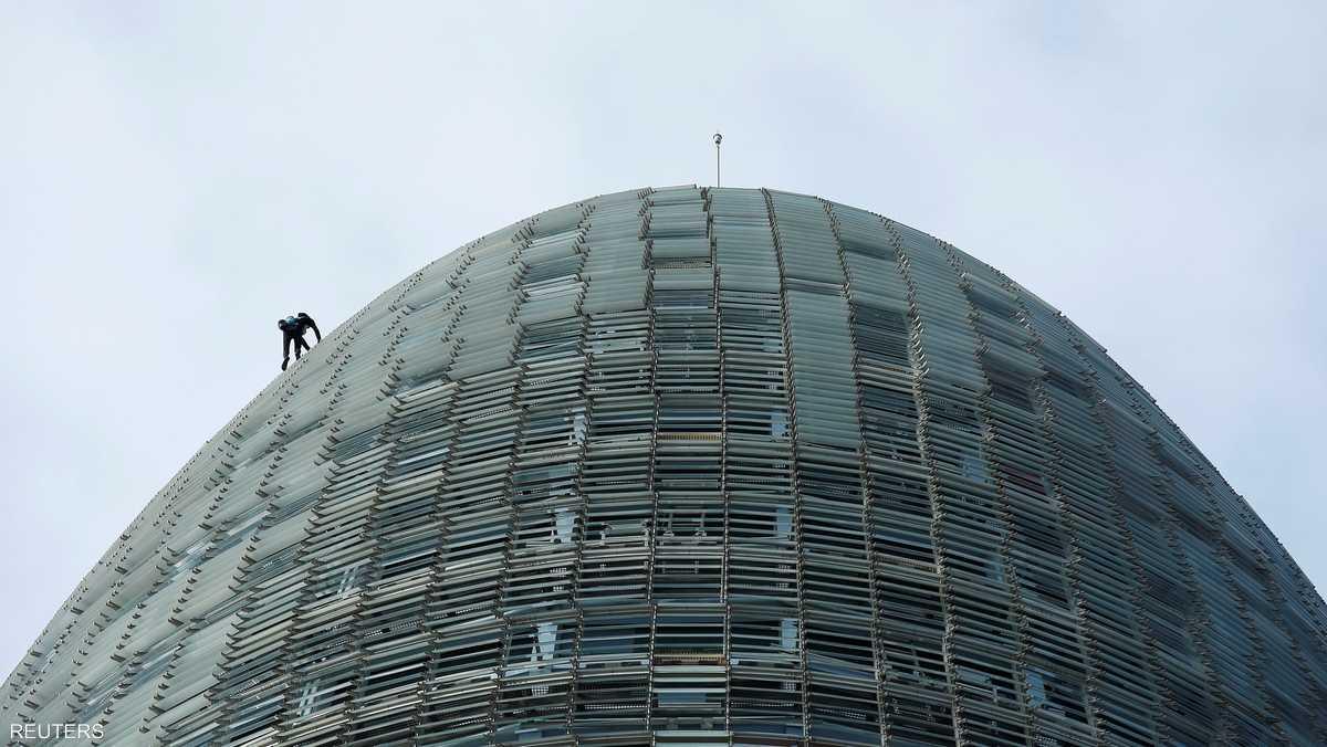 هنا.. الرجل العنكبوت على القمة