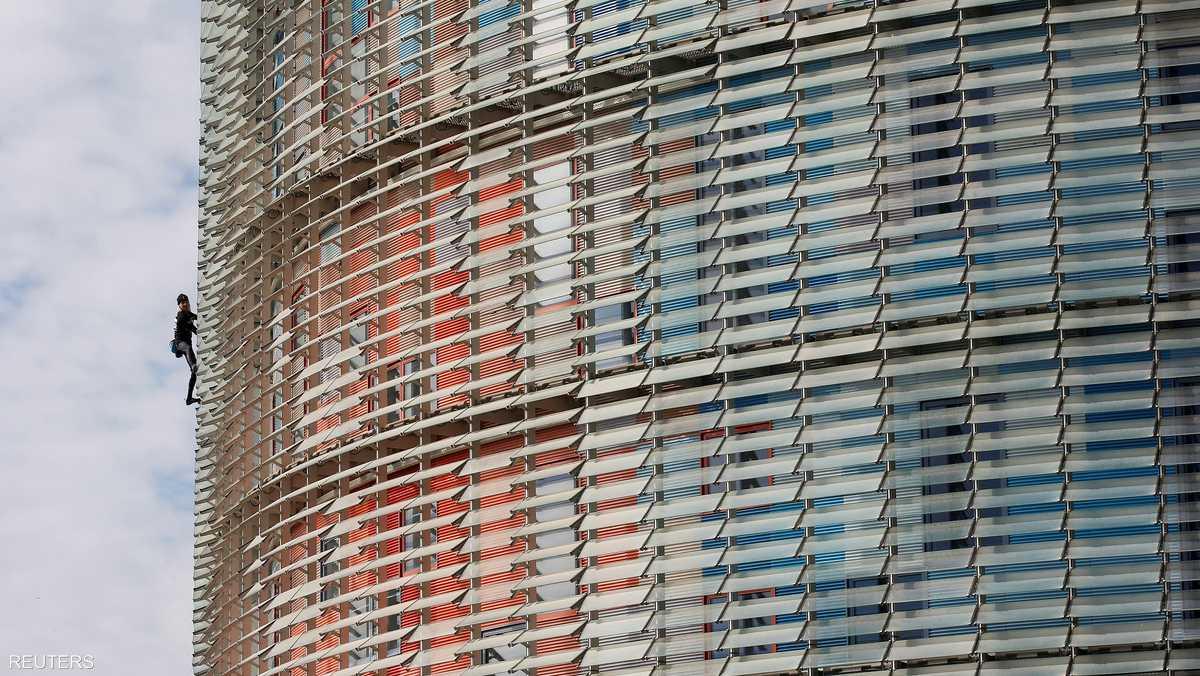 تسلق روبير مبنى توريه أغبر.. أعلى ناطحات السحاب في برشلونة