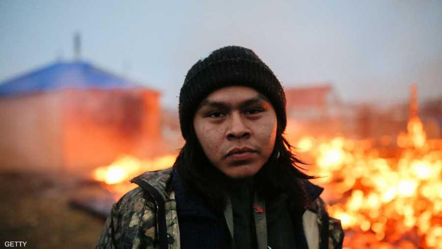 أوشي سبينسر، البالغ من العمر 20 عاما، في لقطة أمام الحرائق