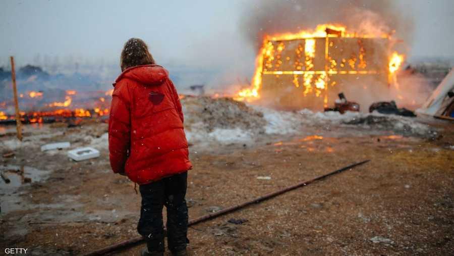 عند مغادرتهم المخيم، أحرق الناشطون من السكان الأصليين خيامهم