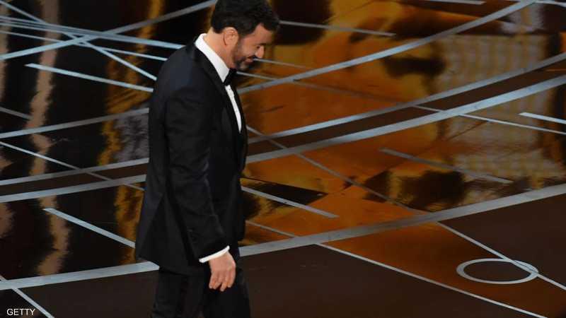 مقدم حفل الأوسكار جيمي كيميل يمشي مبتعدا عن منصة الأوسكار