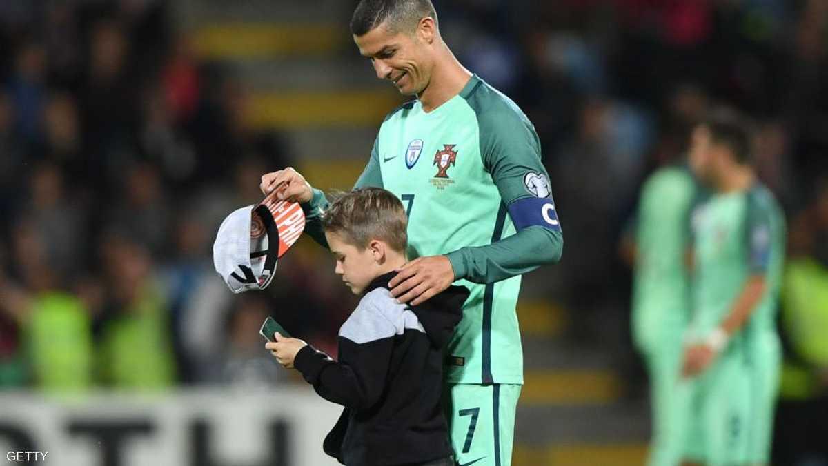 يحتضن طفلا حرص على مصافحته عقب المباراة