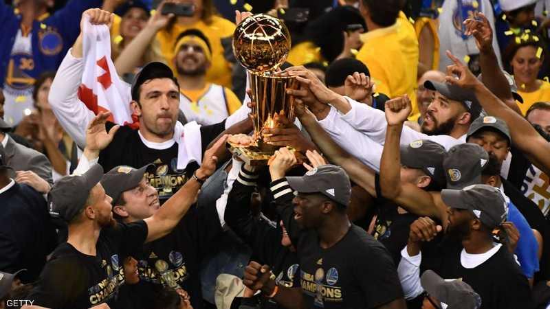 فريق غولدن ستيت وريورز يرفع كأس دوري رابطة كرة السلة