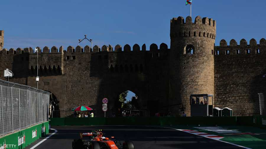قلعة وحلبة وسيارة فائقة السرعة