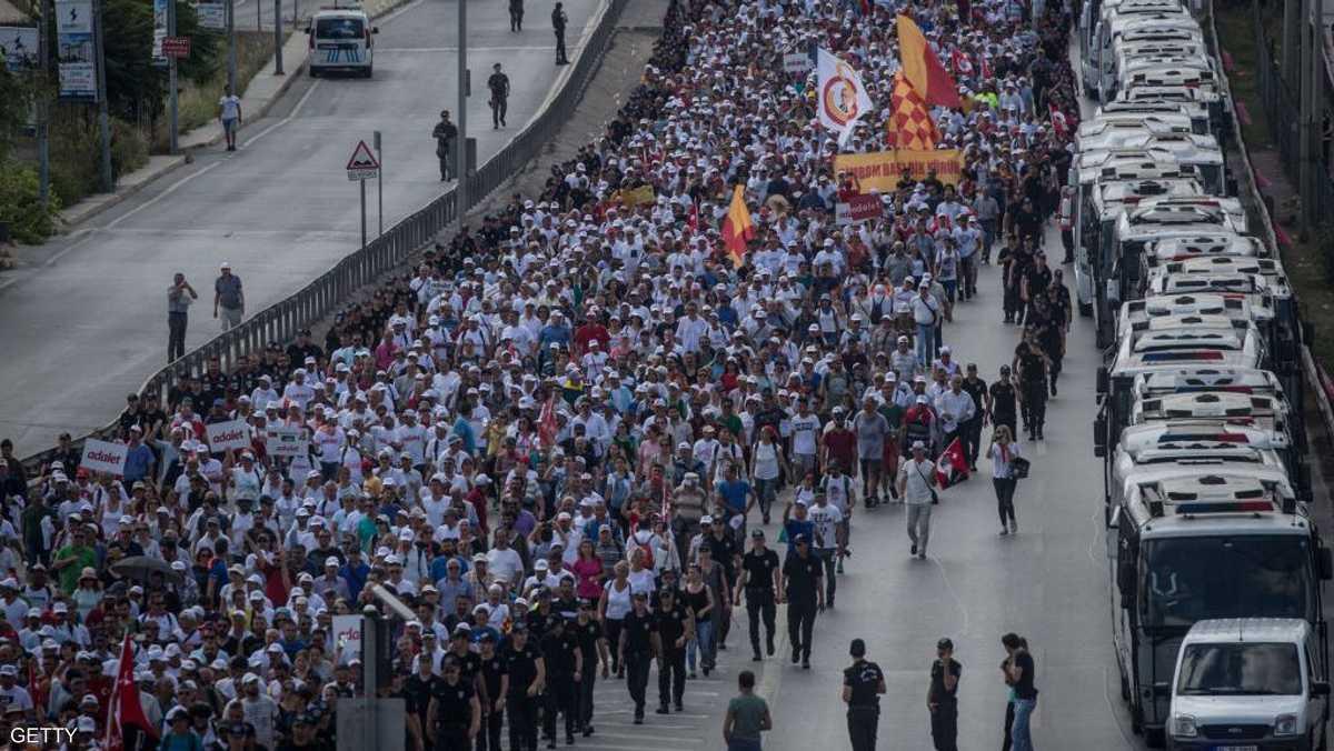 انطلقت المسيرة احتجاجا على قمع السلطات