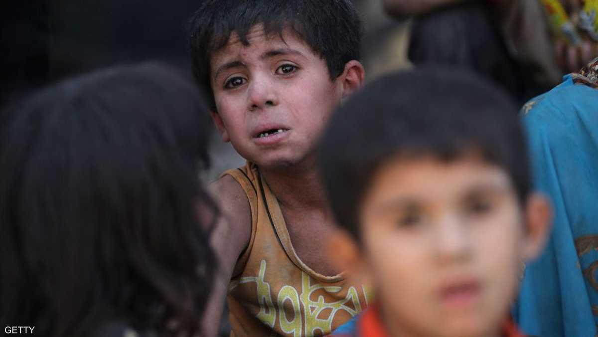 يحاول التقاط أنفاسه بعد رحلة نزوح طويلة من الموصل