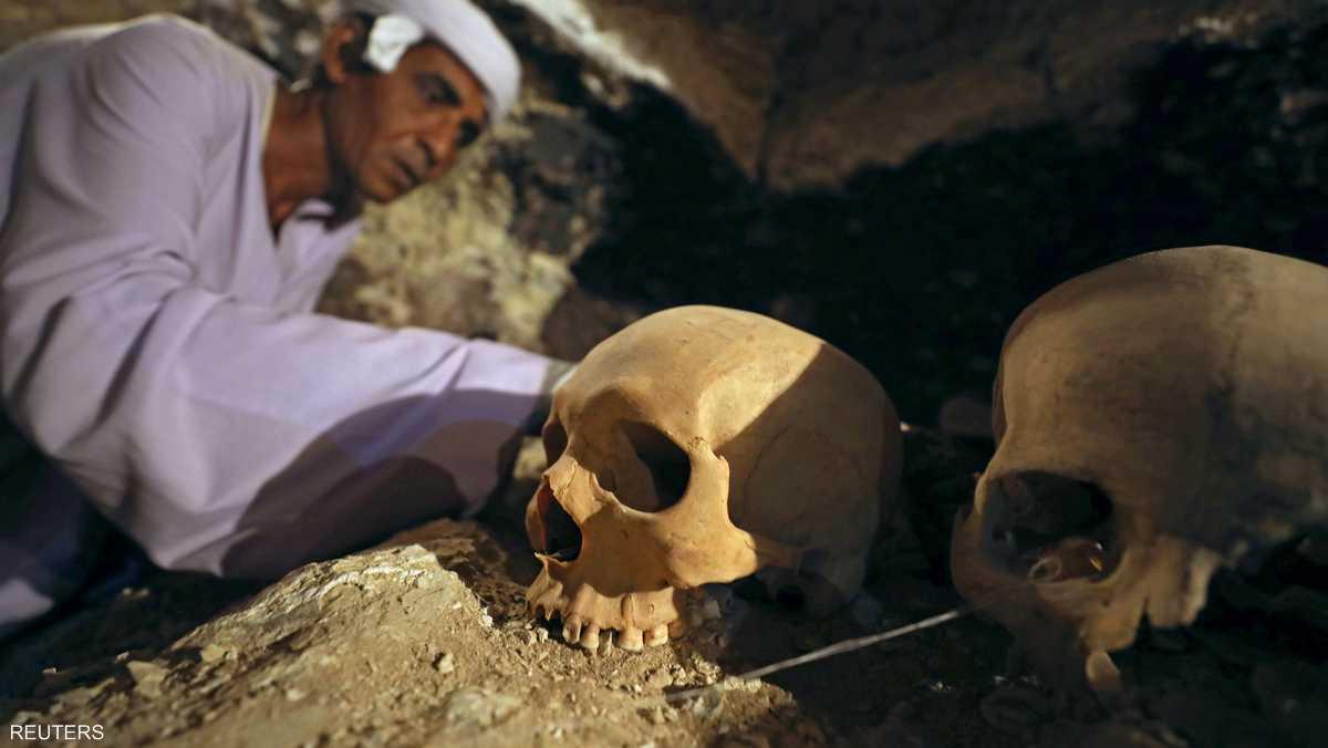 فتحة في المقبرة تحتوي على مومياوات