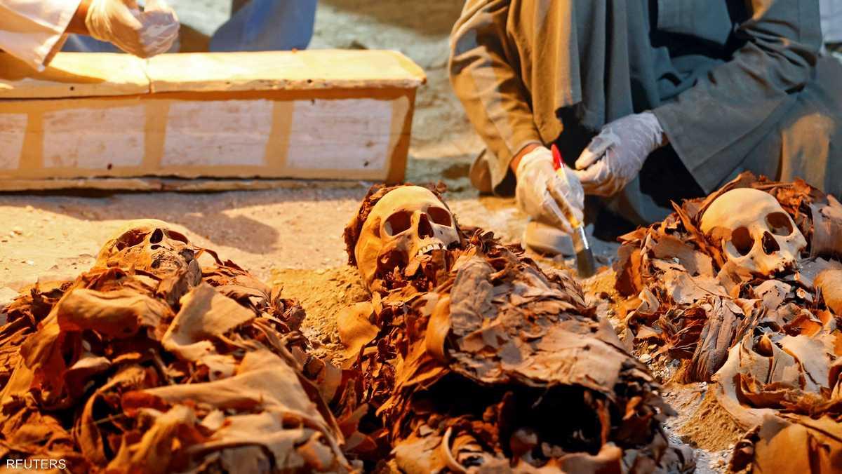 تضم المقبرة أيضا تمثال زوجته فضلا عن قناع جنائزي