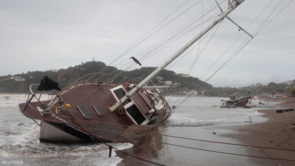 العاصفة تفرض الطوارئ وحظر التجول