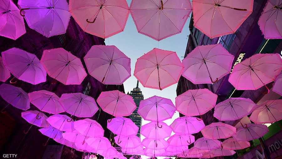 المكسيك تحتفل بالشهر الوردي بالمظلات الوردية