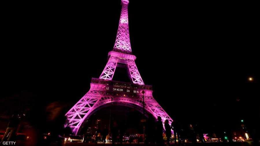 برج إيفل يحتفي بالشهر بإضاءة وردية