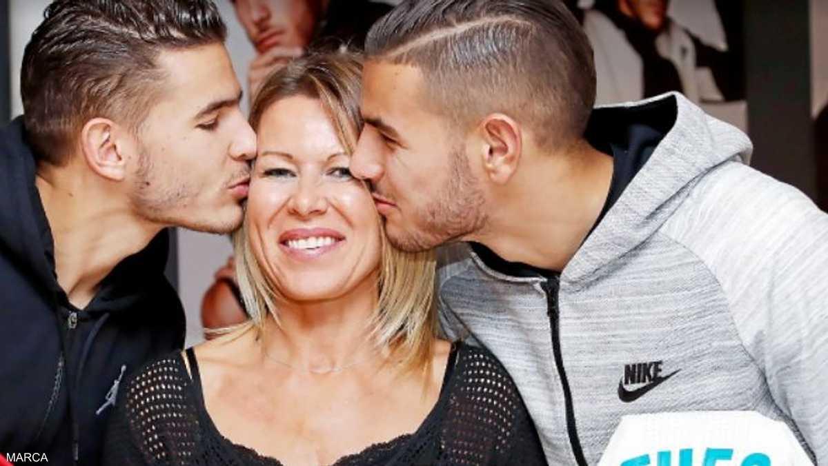 الأم مع ولديها لاعبي ريال مدريد وأتلتيكو مدريد