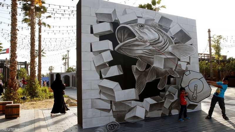 يقدم الفنانون المشاركون إبداعاتهم من اللوحات ثلاثية الأبعاد.