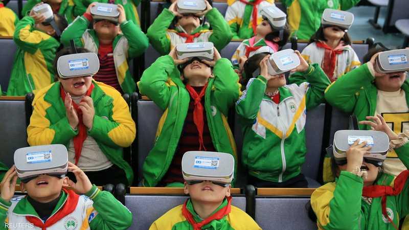 طلاب يرتدون نظارات بتقنية الواقع الافتراضي.