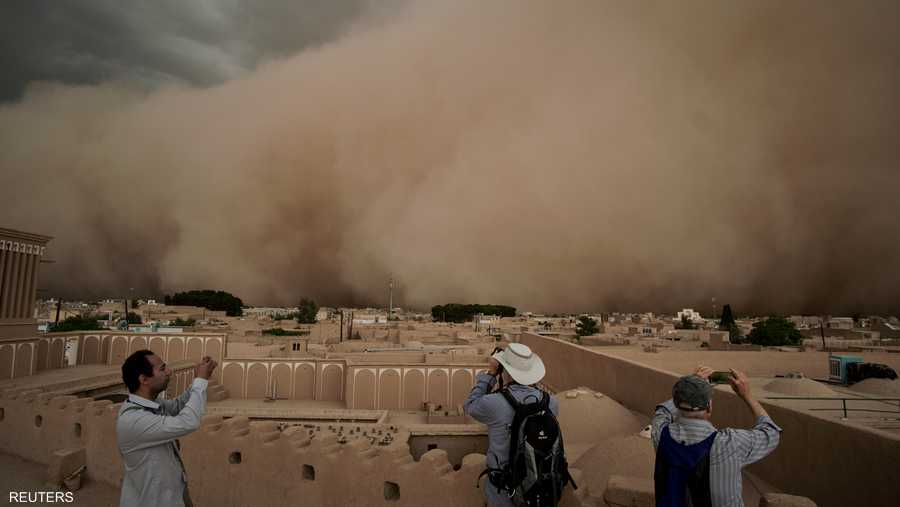 اجتاحت العاصفة الرملية محافظة يزد بوسط البلاد