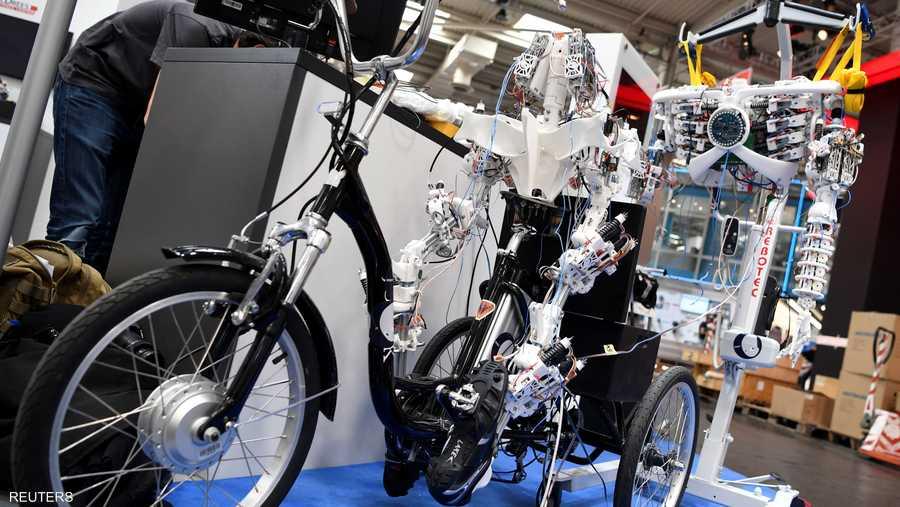 نموذج روبوت ذكي يقود دراجة في المعرض
