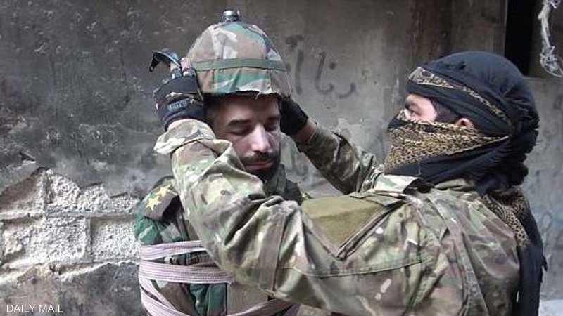 داعش يعدم أسيرا في مخيم اليرموك بطريقة بشعة