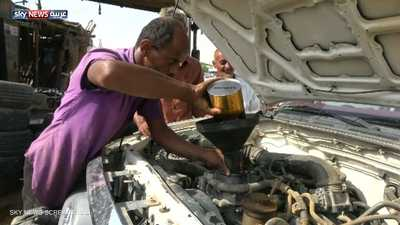 """شاهد.. كفيف يمني """"يحترف"""" إصلاح السيارات"""