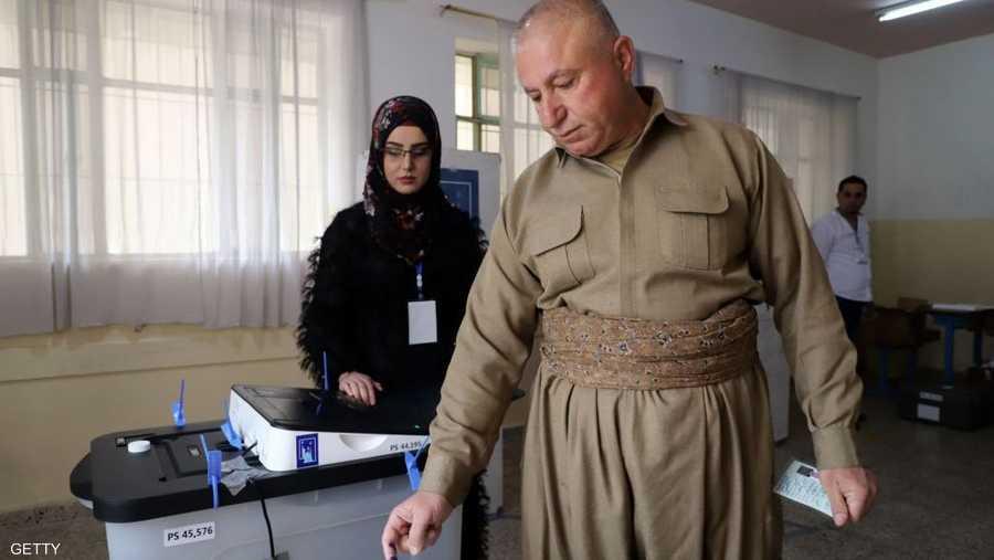 رجل يصوت بالزي الكردي التقليدي