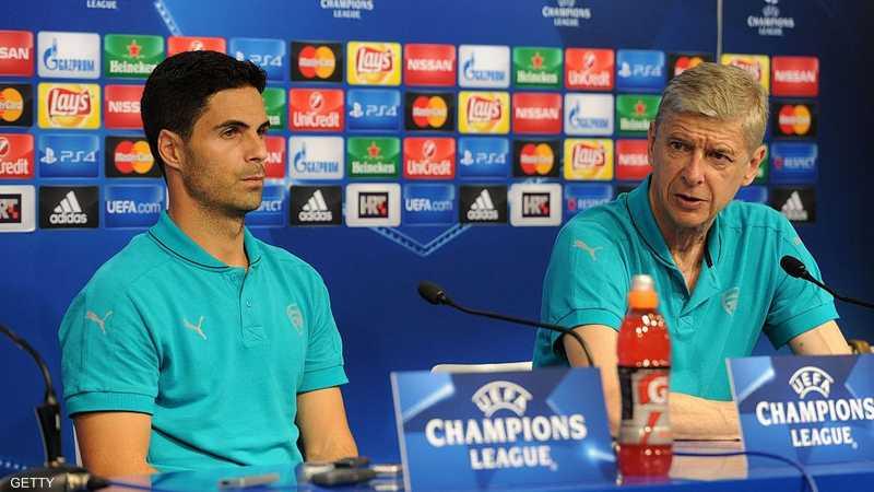 فينغر مع لاعبه السابق أرتيتا، المرشح الأول.