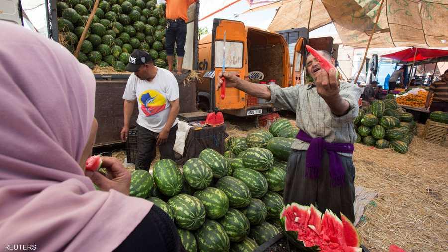 مغربي يبيع الفاكهة قبل ساعات من أول يوم صيام