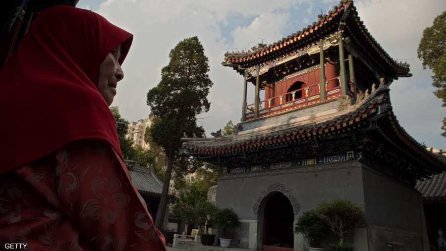 عجوز صينية تستعد لاداء صلاة الجمعة في شهر رمضان