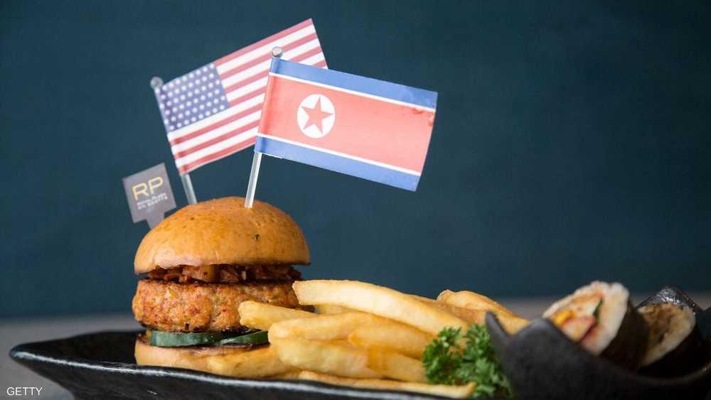 علما أميركيا وكوريا يزينان وجبة طعام سريعة