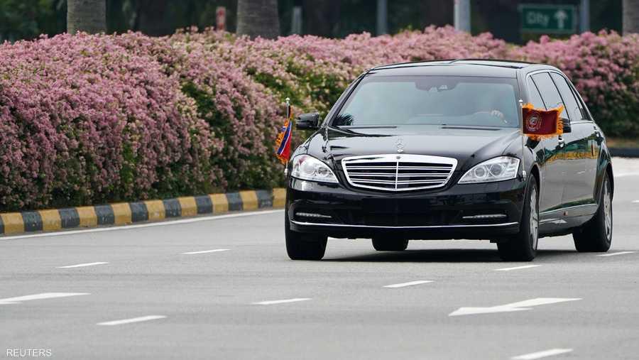 ليموزين سوداء استقلها الزعيم إلى خارج المطار