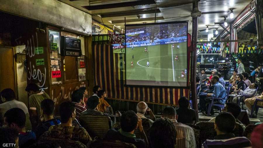مصريون في أحد المقاهي يشاهدون مباراة في مونديال 2014