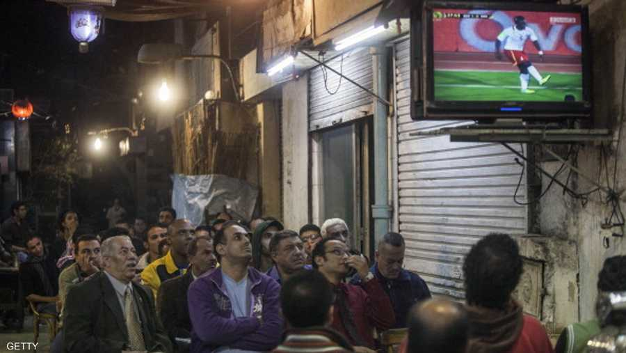 المصريون يضطرون لمشاهدة المباريات المشفرة على المقاهي