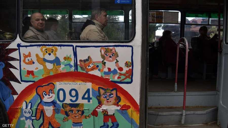 الحافلات تتزين بتمائم المونديال