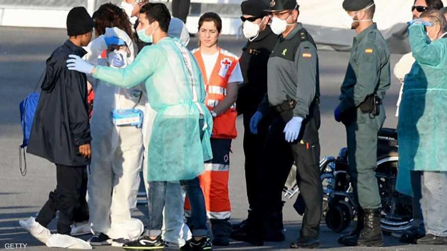 رحب مسؤولون بالمهاجرين بينما بدأت الشرطة برصد هوياتهم