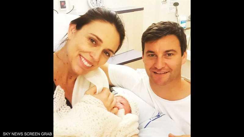 رئيسة وزراء نيوزيلندا مع مولودتها