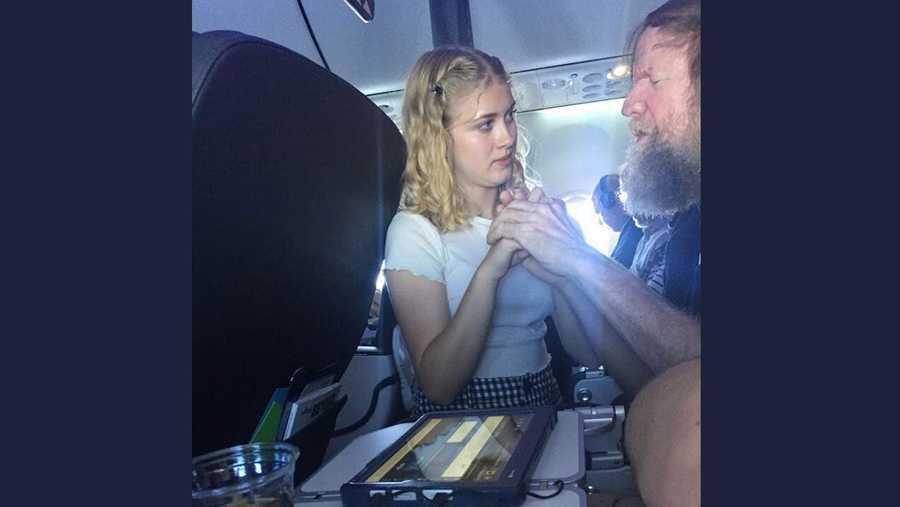 """مراهقة أميركية """"تنقذ"""" ضريرا على متن طائرة"""