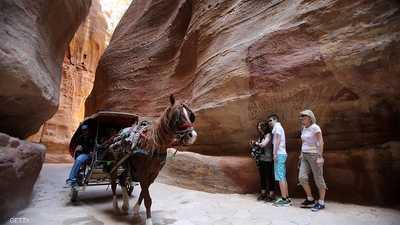 سياح أجانب في مدينة البتراء الأثرية بالأردن