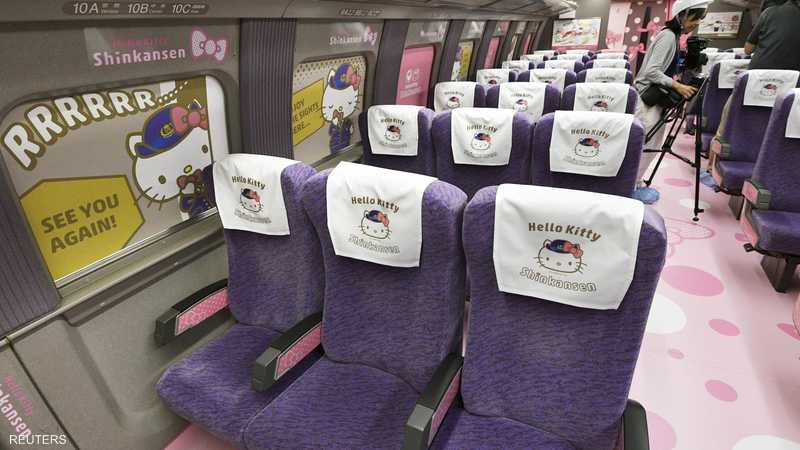 صور هالوكيتي تزين  القطار من الداخل