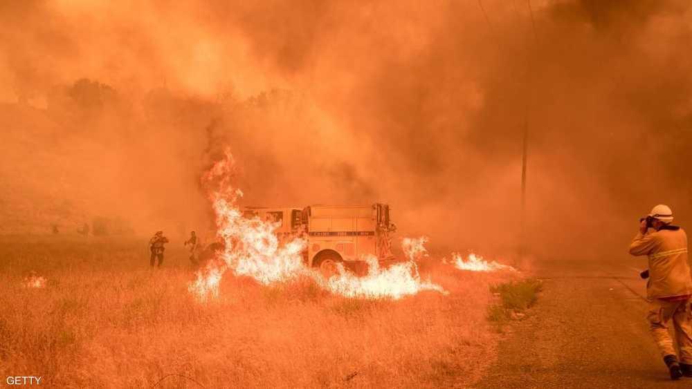تدخلت 100سيارة إطفاء و10 مروحيات لإخماد الحرائق