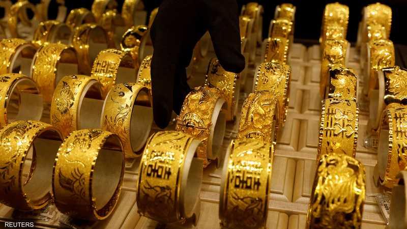 صعود الدولار يهبط بالذهب