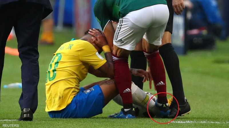لاعب المكسيك داس على قدم نيمار