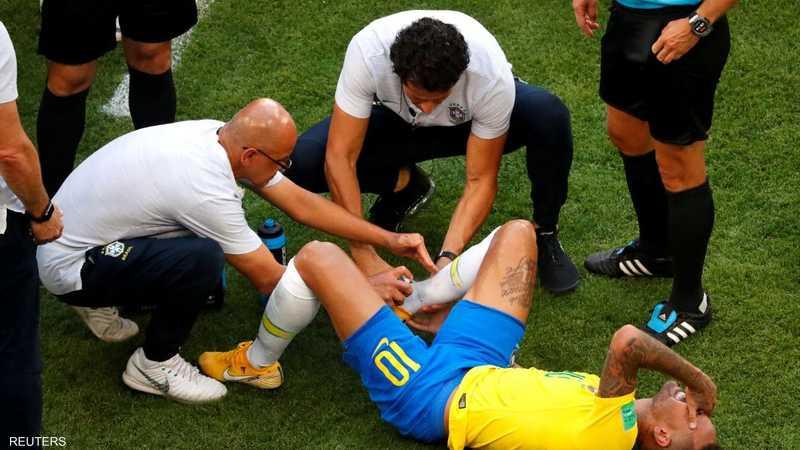 التظاهر بالإصابة في حالة فشله في السيطرة على الكرة