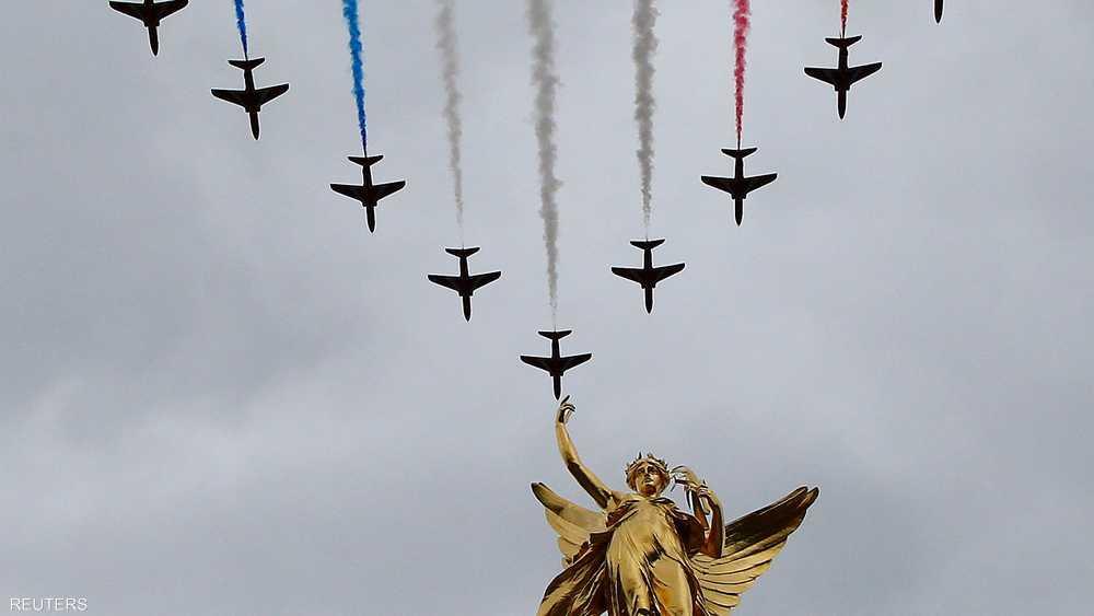 ألوان عدة من الدخان نفثتها الطائرات المشاركة في الاحتفال
