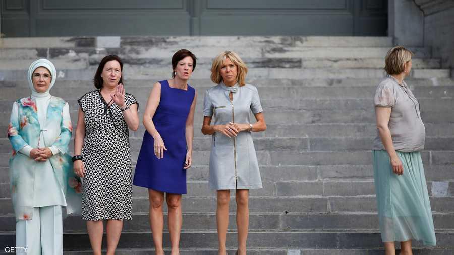 صورة تذكارية لعدد من السيدات اللاتي حضرن قمة الناتو