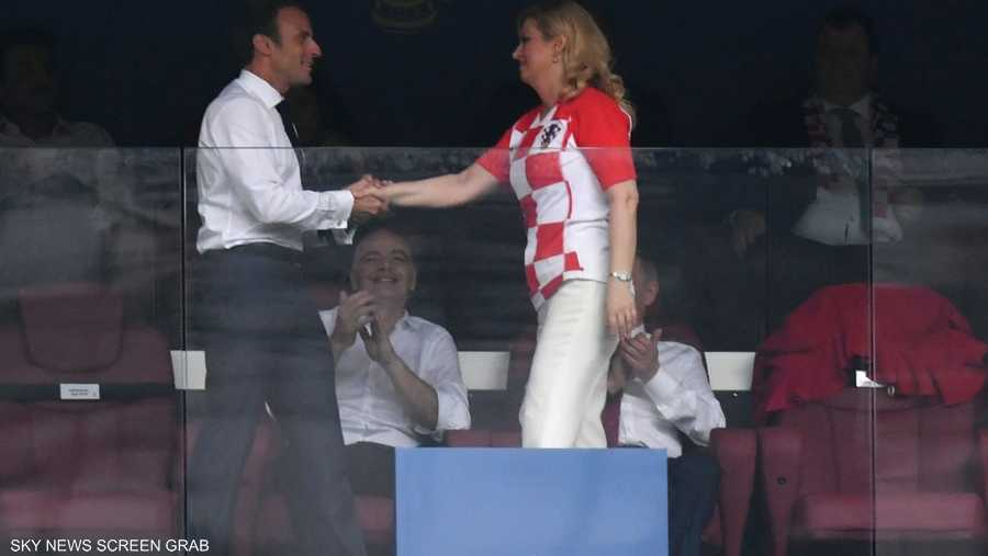 مصافحة رياضية بين ماكرون ورئيسة كرواتيا في المنصة الرئيسية