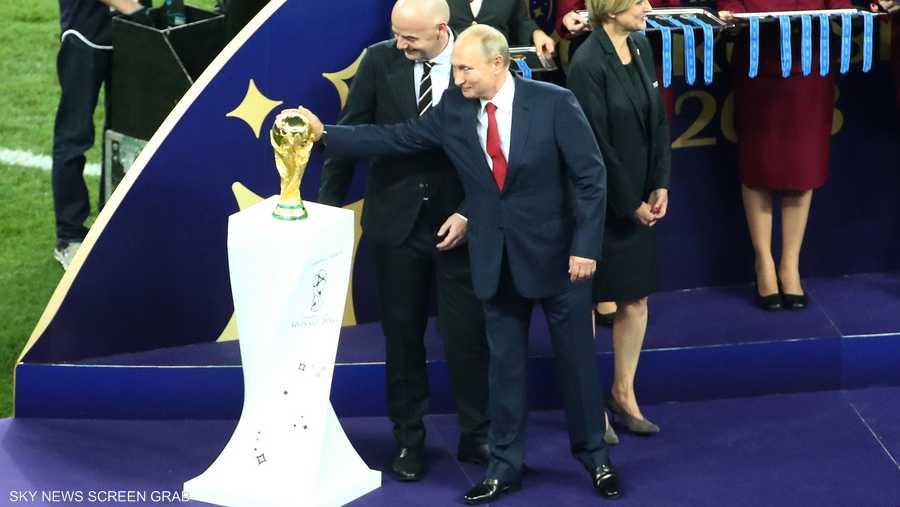بوتن يلامس الكأس الغالية قبل تسليمها للبطل