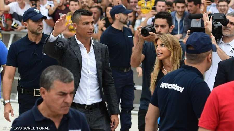 """مئات اللافتات ترحب بقدومه كتب عليها """"بينفيندو"""" بالبرتغالية"""